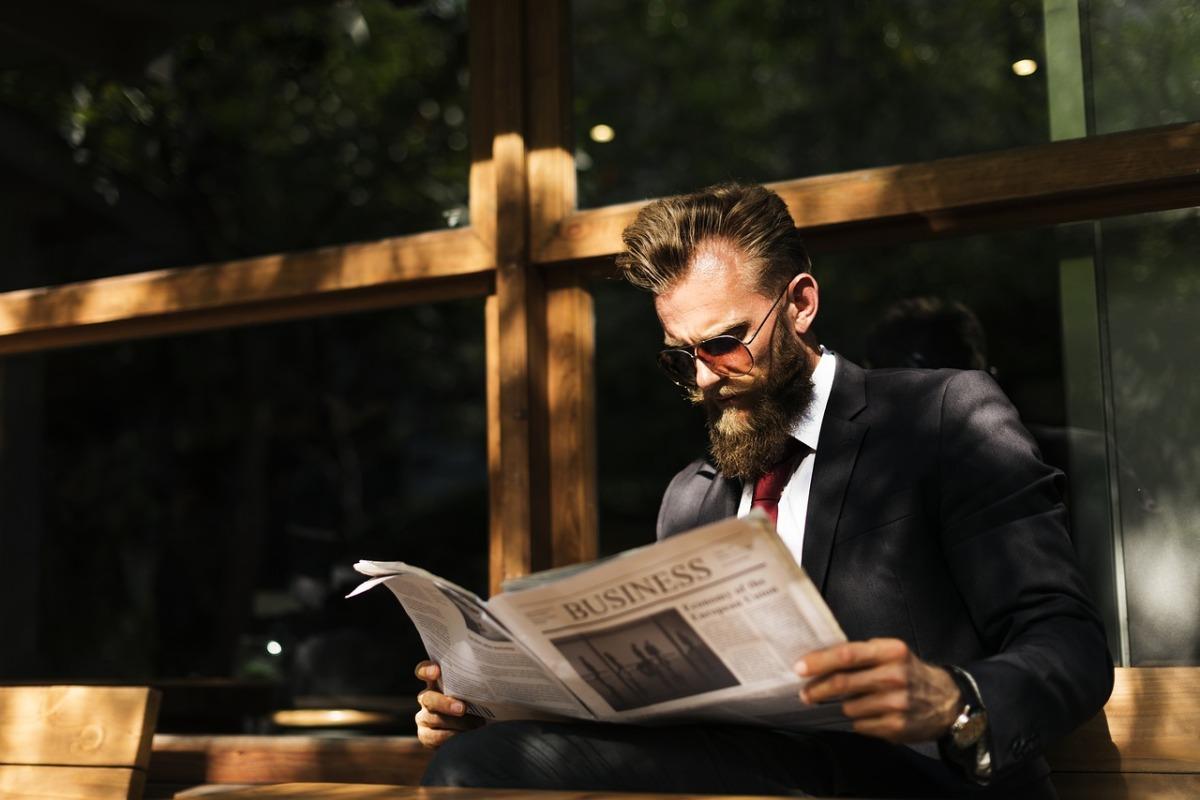 En bild på en man som läser Marknadsuppdatering V.32